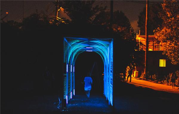 "Megan Mosholder用发光丝带编织成的""地铁隧道"""