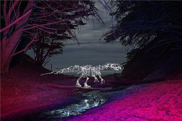 在光绘摄影的世界里,黑夜变得炫酷又疯狂