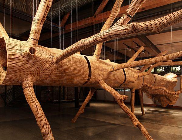 John Grade打造85英尺高的树木外壳雕塑