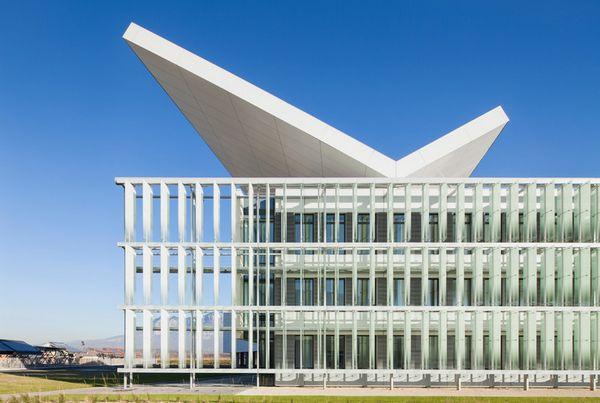 头顶光伏板翼的HELIOS太阳能研究中心