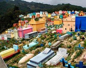 在危地马拉,墓园是五彩缤纷的