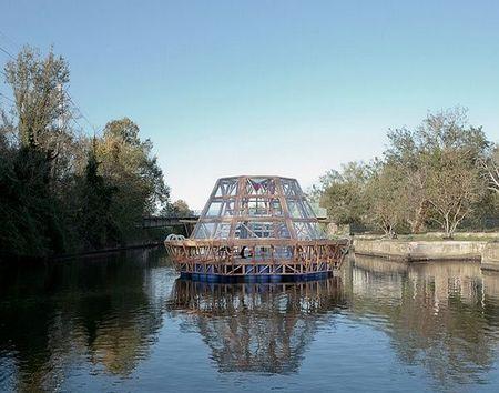水上种植农作物的水母驳船/studiomobile