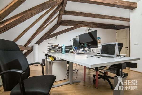罗马尼亚老房子里的温馨办公空间设计