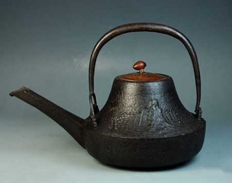 历经百年历史累积 典雅老铁壶