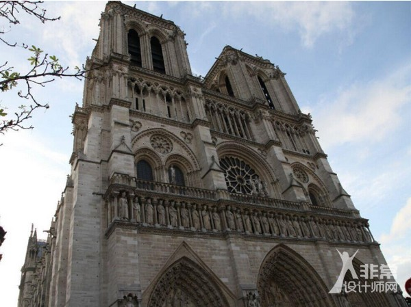 法式风格,指的是法兰西国家的建筑和家居以及家具设计风格。主要包括法式巴洛克风格(路易十四风格)洛可可风格(路易十五风格)新古典风格(路易十六风格)帝政风格等,是欧洲家具和建筑文化的顶峰。   法式风格设计特点