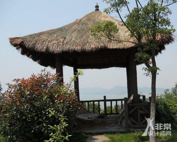此类凉亭,多用原木稍事加工以为梁柱,或覆茅草,或盖树皮,&mdash