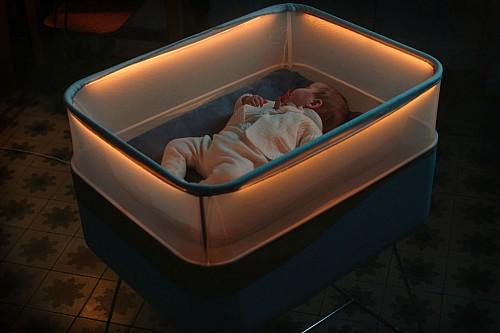 模拟汽车行驶情境的智能婴儿床