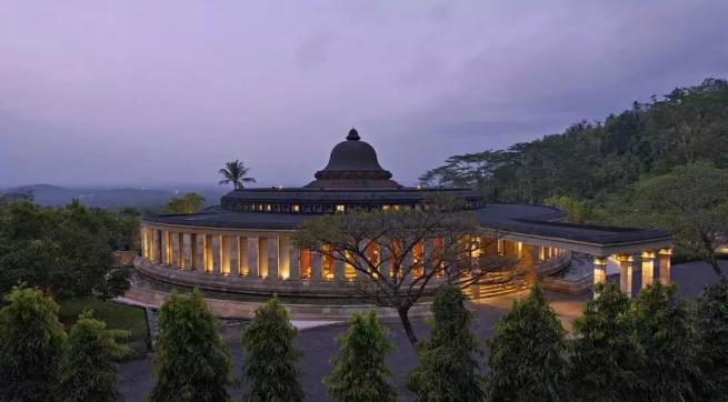 由40栋度假屋组成的酒店掩映在郁郁葱葱的棕榈树之间,独占普吉岛西岸